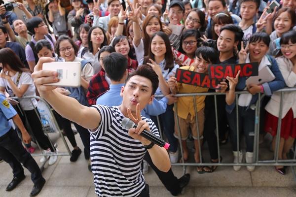 isaac-muot-mo-hoi-coi-phang-ao-chup-selfie-voi-fan-8