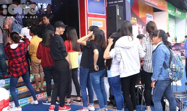 isaac-muot-mo-hoi-coi-phang-ao-chup-selfie-voi-fan-6