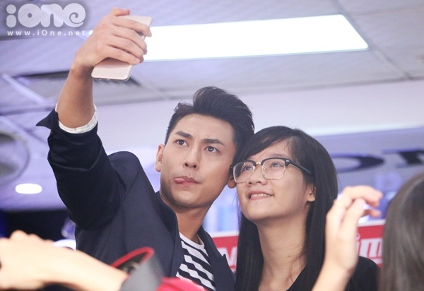 isaac-muot-mo-hoi-coi-phang-ao-chup-selfie-voi-fan-4