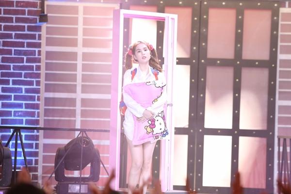 Trong tập 8 Kỳ phùng địch thủ lên sóng tuần này, Ngọc Trinh có màn xuất hiện đặc biệt trên sân khấu với