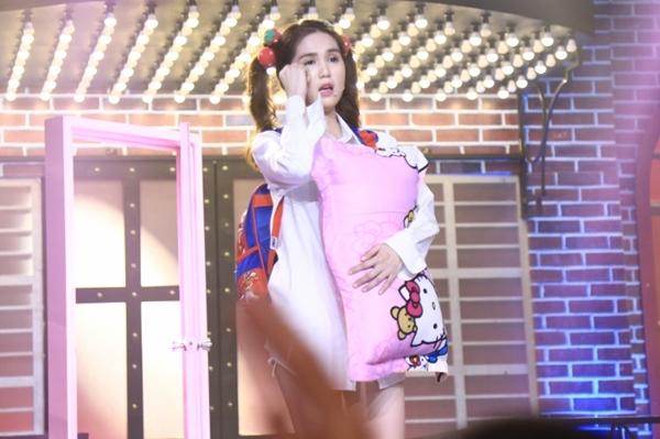Cô diện thời trang lạ với áo ngủ và cặp táp để trình diễn ca khúc Anh cứ đi đi - bản hit lớn nhất trong sự nghiệp của Hari Won tính đến thời điểm hiện tại.