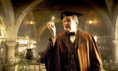 ban-co-nho-ten-giao-su-truong-hogwarts-trong-harry-potter-7