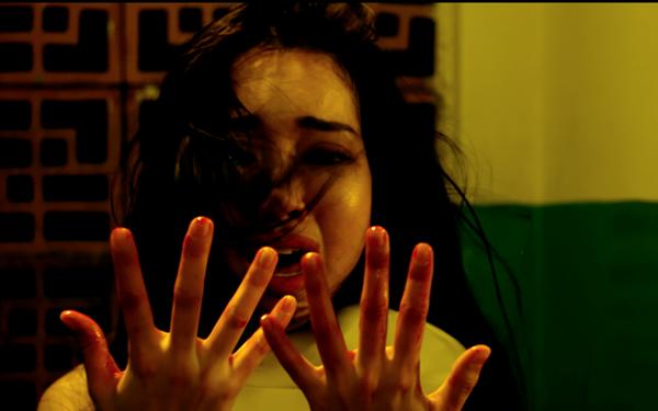 Người đẹp Elly Trần xuất hiện với biểu cảm khiếp đảm, sợ hãi trong những phân cảnh đầy không khí ma mị. Trái với dự đoán của khán giả, trong Bí ẩn song sinh Elly Trần hoàn toàn nói không với cảnh nóng. Quyết tâm chinh phục khán giả bằng khả năng diễn xuất là mục tiêu của Elly Trần trong bộ phim này.