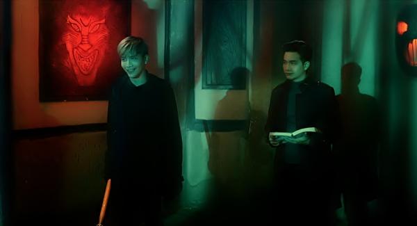 Nam ca sĩ Lưu Quang Anh vào vai cặp thám tử song sinh Duy Anh - Hữu Anh chuyên điều tra những vụ án bí hiểm. Hai anh chàng sẽ có những màn đụng độ võ thuật cũng như tình cảm với người đẹp Mi Du.