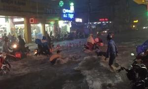 Sài Gòn: Nhóm người vật vã giữ một xe máy giữa dòng nước xiết