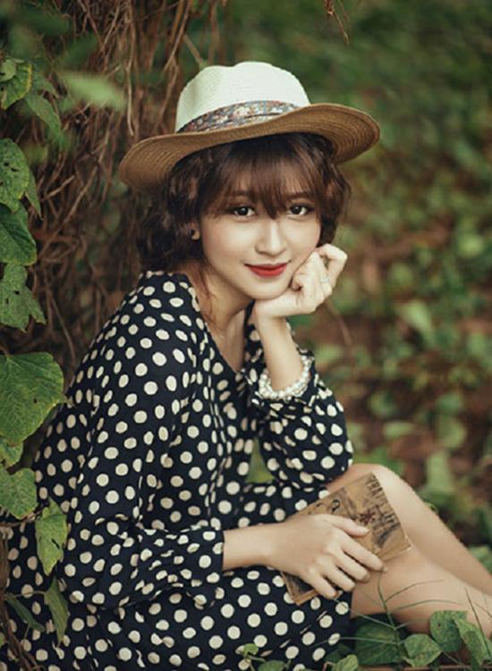 Phim Cấp 3 là một series phim về học đường khá đình đám trên mạng xã hội. Mỗi tập phim khi được nhà sản xuất post lên youtube thường đạt 1 triệu view chỉ trong vòng 7 tiếng đồng hồ. Nhắc đến series này, khán giả khó quên hình ảnh của Kim Chi - nàng nữ sinh với gương mặt xinh xắn, lối diễn xuất tự nhiên.