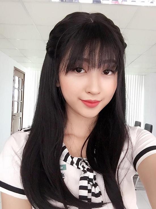 Sau khi học hết trung học phổ thông, cô thi đỗ một trường đại học tại Sài Gòn với chuyên ngành công nghệ sinh học như ý bố mẹ.    Dù đang học theo sự định hướng của bố mẹ nhưng chưa bao giờ cô cảm thấy ngừng yêu nghệ thuật. Tình yêu ấy dần trở thành ngọn lửa và bắt đầu nhen nhóm, bùng cháy trong chính nội tâm của Kim Chi. Được sự động viên của các bạn, Kim Chi tự tin tham gia buổi casting và may mắn đã mỉm cười khi đạo diễn chọn mặt gửi vàng giao cho cô một