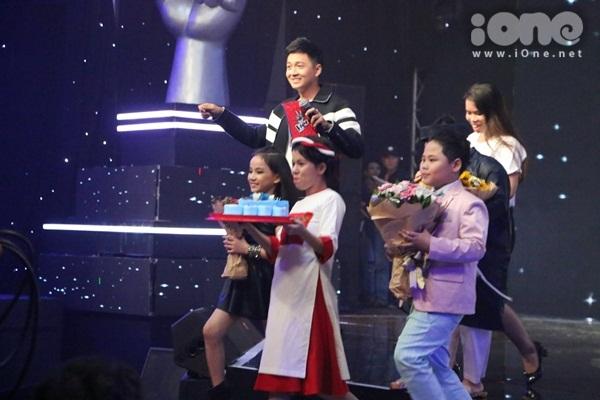 hlv-the-voice-kids-dua-nhau-tang-kep-toc-dieu-da-cho-vu-cat-tuong