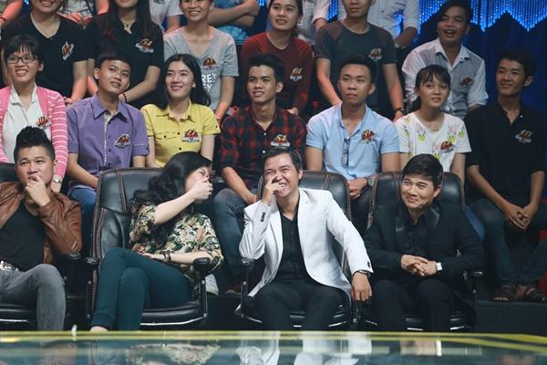 khu vực ghế nóng còn có sự xuất hiện của những người đồng nghiệp thân thiết trong nghề của Phan Đinh Tùng như ca sĩ Uyên Trang, Lâm Vũ, Quang Linh, nhạc sĩ Nguyễn Hồng Thuận và Nguyễn Dân.