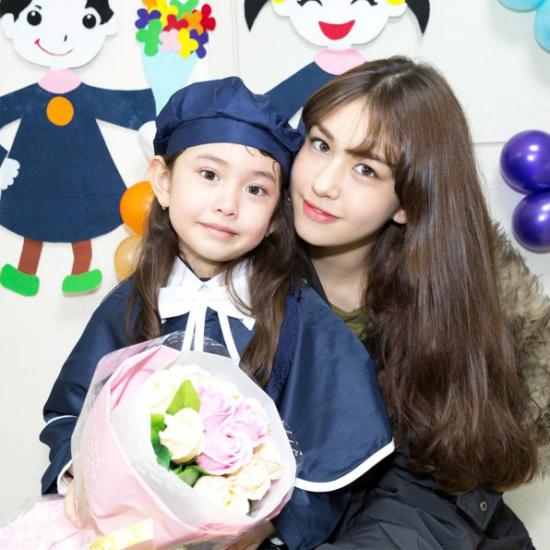 Somi rất yêu thương và thường xuyên khoe cô em gái xinh xắn Evelyn Douma với các fan.
