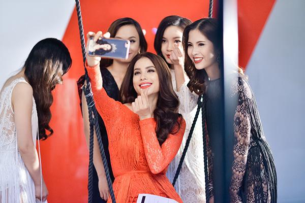 pham-huong-tranh-thu-selfie-lilly-nguyen-ngu-gat-khi-chup-anh-1