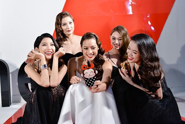 pham-huong-tranh-thu-selfie-lilly-nguyen-ngu-gat-khi-chup-anh-4