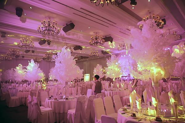 ốn là một người cầu toàn, chỉn chu trong từng chi tiết nên lần này, ngoài việc dự buổi tiệc của chủ nhân, tất cả khách mời đều choáng ngợp và thích thú trước không gian tiệc được thiết kế, bày trí như một khu vườn trắng đẳng cấp, sang trọng và xa hoa