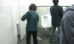 Nam sinh Hàn khó chịu vì nữ lao công dọn toilet như chốn không người