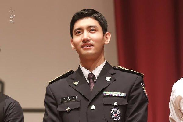 fan-tinh-nguyen-bi-cong-tay-neu-nhung-idol-nay-la-canh-sat-4