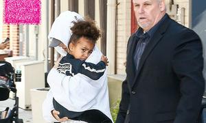 Kim mặc kín mít, ôm chặt con sau khi bị cướp