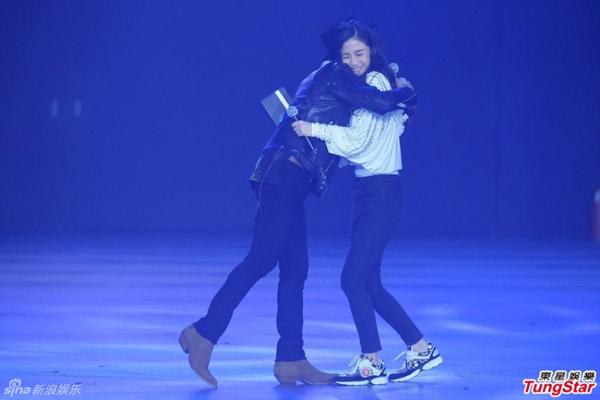 Angelababy nhắm tịt mắt và mỉm cười hạnh phúc như một fan girl thứ thiệt khi được G-Dragon ôm chặt trong một chương trình