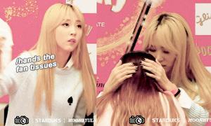 Sao nữ Hàn gây sốt vì đối xử với fan nữ như 'bạn trai'