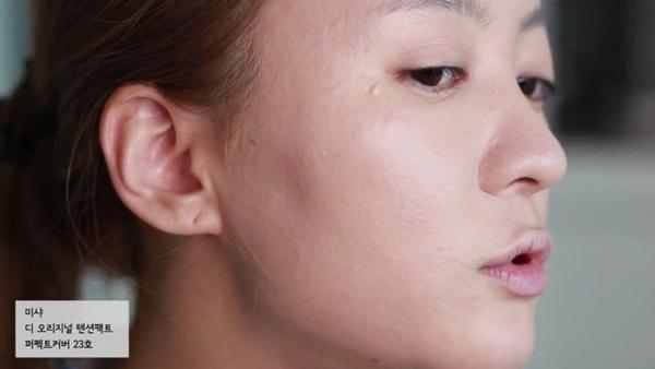 co-gai-han-che-guong-mat-sung-do-mun-bang-phan-cushion-3