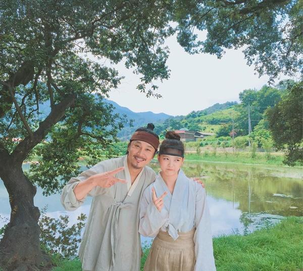 sao-han-16-10-kim-so-hyun-doi-vong-hoa-xinh-yeu-aoa-khoe-chan-thon-7