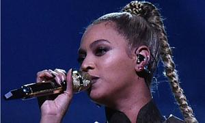 Beyonce biểu diễn với một bên tai chảy máu