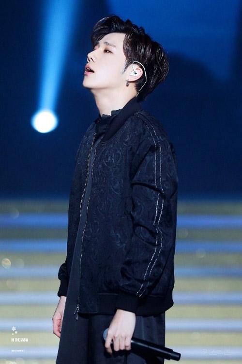 idol-nam-kpop-hot-nho-anh-fan-chup-bang-dien-thoai-7