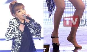 Idol Kpop tuột giày vì diễn quá sung