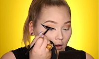 10-meo-giup-cac-nang-ke-eyeliner-de-nhu-an-keo-10