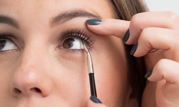 10-meo-giup-cac-nang-ke-eyeliner-de-nhu-an-keo-4