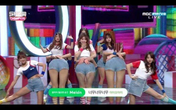 Một số khán giả cảm thấy không thoải mái khi 3 cô gái hướng mông về màn hình.