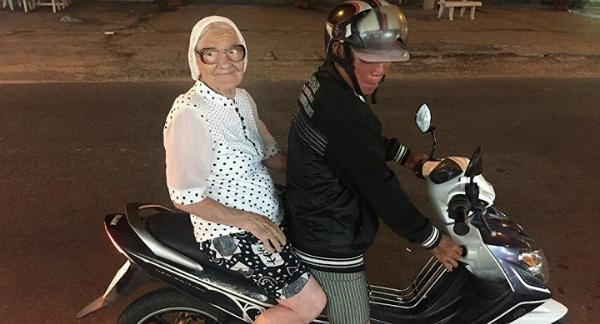 Cụ bà khám phá Việt Nam bằng xe ôm