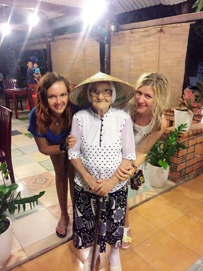 Hai cô gái Nga tạo dáng với cụ Lena