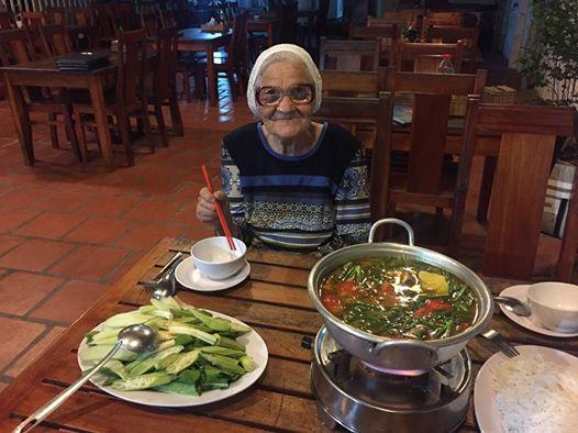 Cụ Lena thưởng thức các món ăn Việt Nam