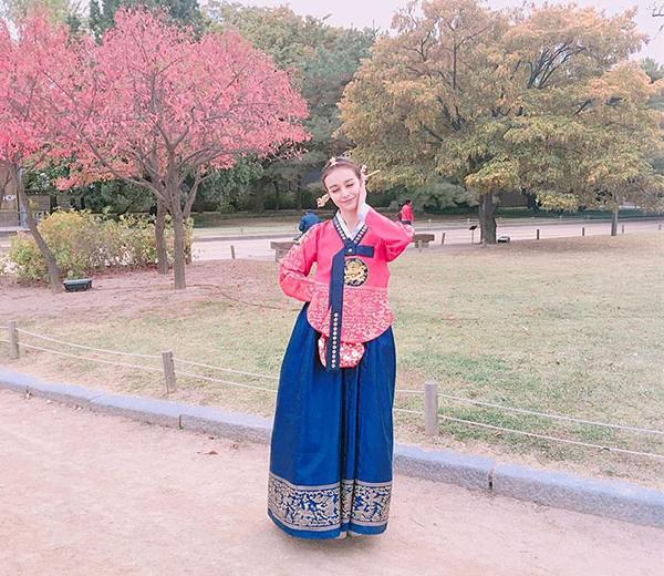 sao-viet-25-10-phuong-trinh-ngoi-tren-ngai-vang-bao-anh-khoe-hinh-xam-la