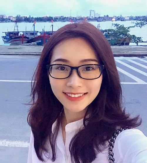 sao-viet-25-10-phuong-trinh-ngoi-tren-ngai-vang-bao-anh-khoe-hinh-xam-la-2