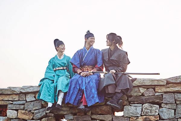 khong-phai-the-tu-hay-dai-quan-tay-choi-day-moi-la-soai-ca-cua-yoo-jung-trong-may-hoa-anh-trang-2