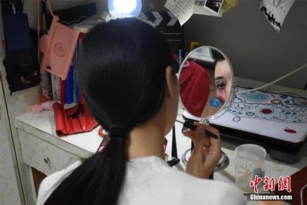 Từ Quân, sinh năm 1993, đã làm việc tại một công viên trò chơi ở thành phố Vũ   Hán được 2 năm. Nghề của cô là đóng giả ma quỷ để hù dọa khách tham quan.
