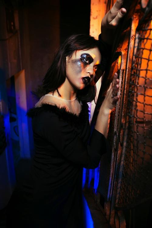mai-ngo-de-mat-moc-khong-ke-may-da-la-hoa-trang-halloween-11