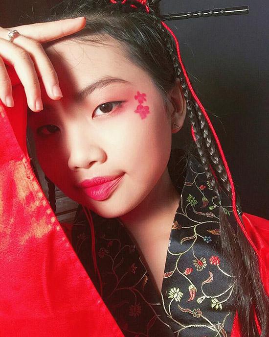 sao-viet-1-11-truong-quynh-anh-cosplay-co-be-vo-dien-hong-que-diu-dang-ben-con-3