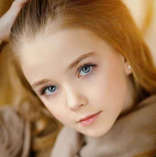 Mẫu nhí 12 tuổi có đôi mắt xanh hút hồn.