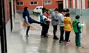 Cô giáo Trung Quốc đá học sinh vì không làm bài tập về nhà