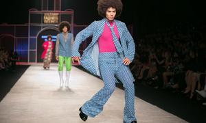 Người mẫu đi 'cà giật', nhảy disco tập thể trên sàn diễn