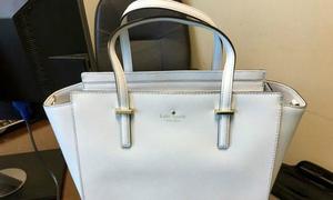 Chiếc túi có màu trắng hay màu xanh?