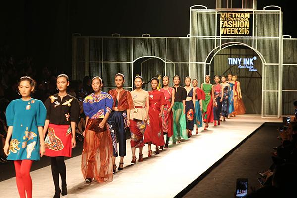 cay-fashion-week-nguoi-mau-sut-can-mat-mun-chan-moi-ra-roi