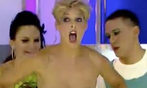 Nữ MC chết điếng vì tuột váy lộ ngực trên sóng trực tiếp