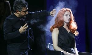 Nhà tạo mẫu hàng đầu thế giới trổ tài làm tóc trong thoắt chốc
