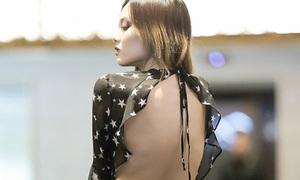 Fung La không mặc áo ngực, khoe lưng trần trong sự kiện