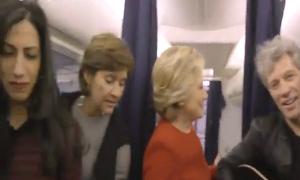Vợ chồng Clinton hòa mình vào trào lưu 'hóa đá'