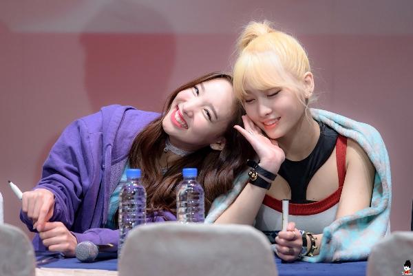 Na Yeon (trái) và Momo là hai người bạn thân thiết trong nhóm.