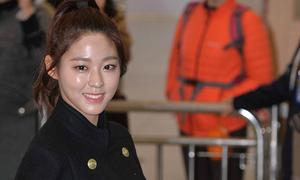 Krystal sang chảnh với đồ vest, Seol Hyun mặt bóng dầu ở sân bay
